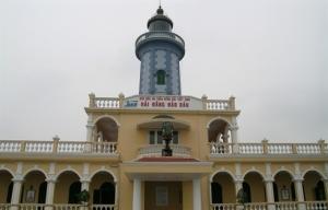 De loin on peut voir le vieux phare de Hon Dâu construit par les Français en 1896