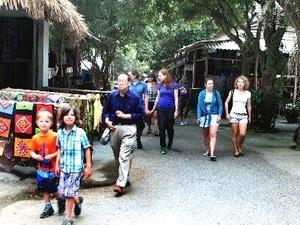 Les visiteurs au village Lac, Hoa Binh.