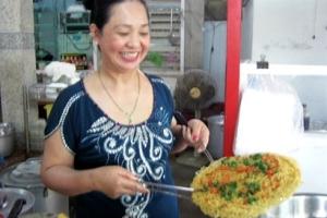 La patronne prépare le Pizza Hu Tiêu.