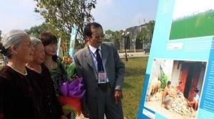 Visiteurs-a-l'exposition-de-photos