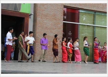 defile-en-tenues-traditionnelles-du-pays-asia