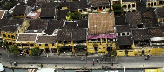 Depuis son arrivée au Vietnam, surtout à Hoi An, le photographe français Réhahn Croquevielle est très impressionné par des demeures peintes en jaune foncé qui sont devenues des fortes caractéristiques de la vielle ville.