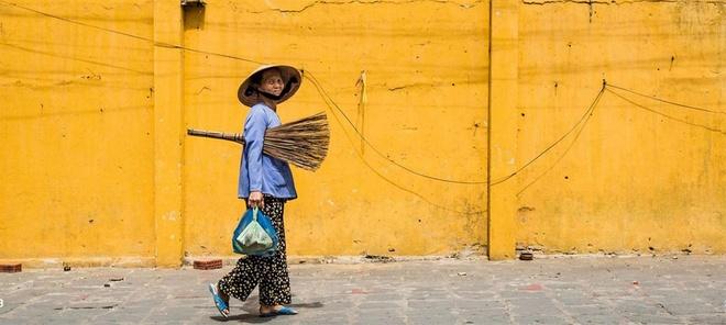 Ce sont des fruits de capture que Réhahn a menée à Hoi An. Sous ses yeux, cette ancienne rue se donne à elle-même, un studio en plein air tout prêt à son appétit d'exploitation. Des murs jaunes côtoyant les uns les autres lui procurent un fond idéal à chaque séance.