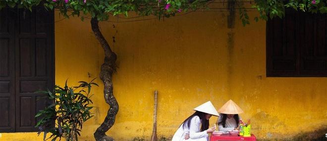 Il aperçoit également que pour rafraichir l'énergie avant une nouvelle journée, une grande partie des Vietnamiens préfère prendre le petit déjeuner dans la rue comme une habitude au lieu de chez soi.