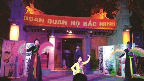 """Une représentation de """"quan ho"""" (chant alterné) devant le temple Bà Kiêu."""