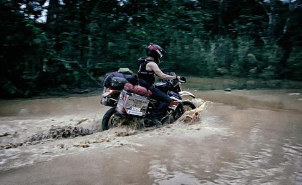 David Kretz lors de son passage du lac Tri An, province de Dông Nai (au Sud). Photo: CVN.