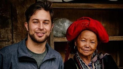 L'aventurier en compagnie d'une vielle dame de l'ethnie Dao. Photo: CVN.
