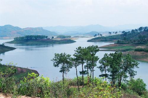 Localisé à une soixantaine de kilomètres de la ville de Bac Giang, le lac Câm Son se trouve à une altitude de 300 m. En temps normal, il fait près de 2.600 ha, mais en saison des pluies, il s'étend jusqu'à 3.000 ha.