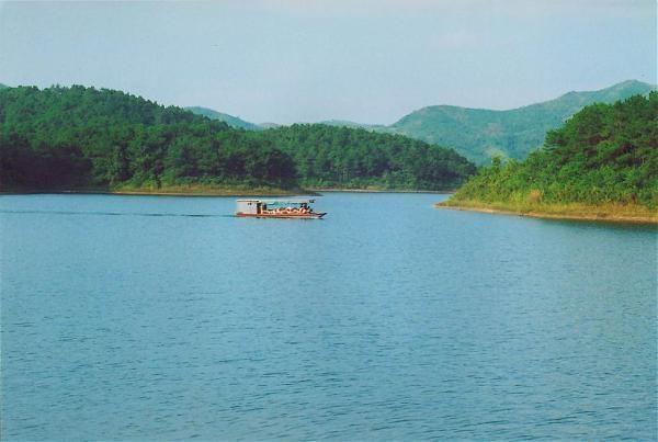Site des plus accueillants, une foison d'activités s'offre aux visiteurs, entre promenades en barque, pêche, escalade ou balade en forêt. Autre point fort des lieux, il est possible de partir à la découverte des minorités ethniques peuplant la région, à l'instar des Tày, Nùng, Dao et San Chay dans leurs maisons sur pilotis.