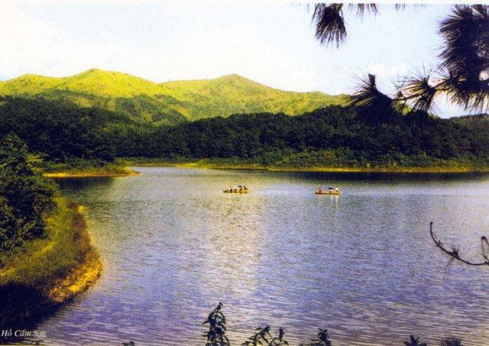 Tôt le matin et au crépuscule, des centaines de barques transportant des marchandises et des aliments recouvrent le lac, formant un marché à la fois coloré et des plus animés.