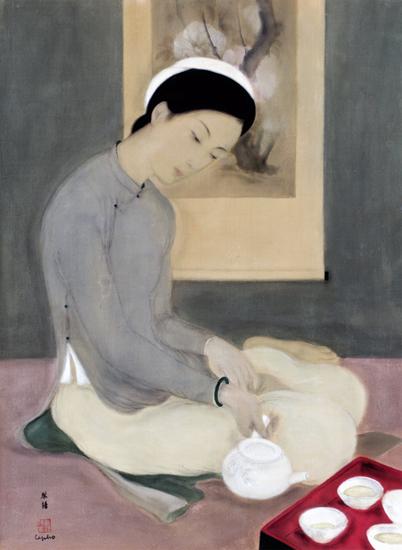 La fille qui sert du thé le pho